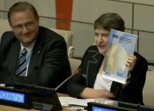 ニューヨークで行われた発表イベントの際の国連開発計画(UNDP)ヘレン・クラーク総裁(右)と国連ボランティア計画(UNV)リチャード・ディクタス事務局長(左)